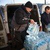 志愿者在乌克兰运送联合国儿基会提供的瓶装水
