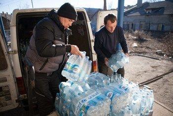 Добровольцы  распределяют воду  на востоке  Украины. Фото ЮНИСЕФ