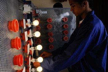 شاب في مركز التدريب والتعليم المهني. الصورة: دانا سميلي / البنك الدولي