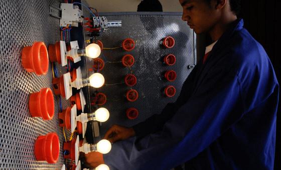 一名年轻人在一个职业教育和培训中心参加世界银行支持的国家人类发展支持项目。