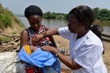В ЦАР  медсестра  делает прививку новорожденному  ребенку. Фото  ЮНИСЕФ