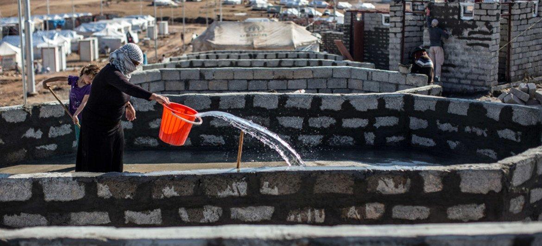 A Khanke, en Iraq, des fondations en ciment ont été construites par l'UNICEF dans le cadre d'un projet d'infrastructures d'eau et d'assainissement pour 20.000 personnes. Photo OCHA/Iason Athanasiadis