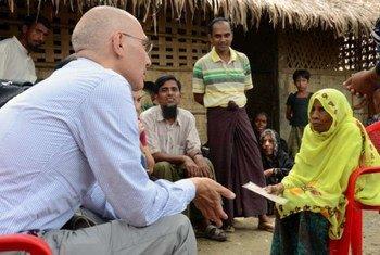 难民署助理高专图尔克在缅甸若开邦的一个村落同一位罗兴亚族妇女进行交谈。难民署/K. Rochanakorn