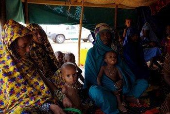 Des réfugiés du Mali assis dans une des tentes du camp de Mbera, en Mauritanie.