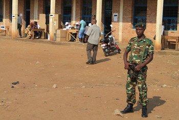Солдат охраняет избирательный участок в столице Бурунди Бужумбуре