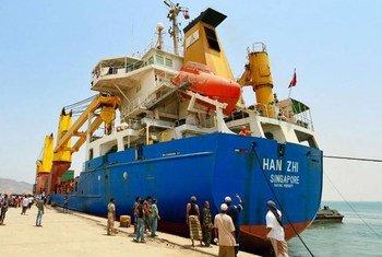 Первое судно, прибывшее в Йемен. Фото ВПП/Аммар Баматраф
