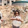 一名叙利亚女孩抱着刚刚打来的水。儿基会图片/Razan Rashidi