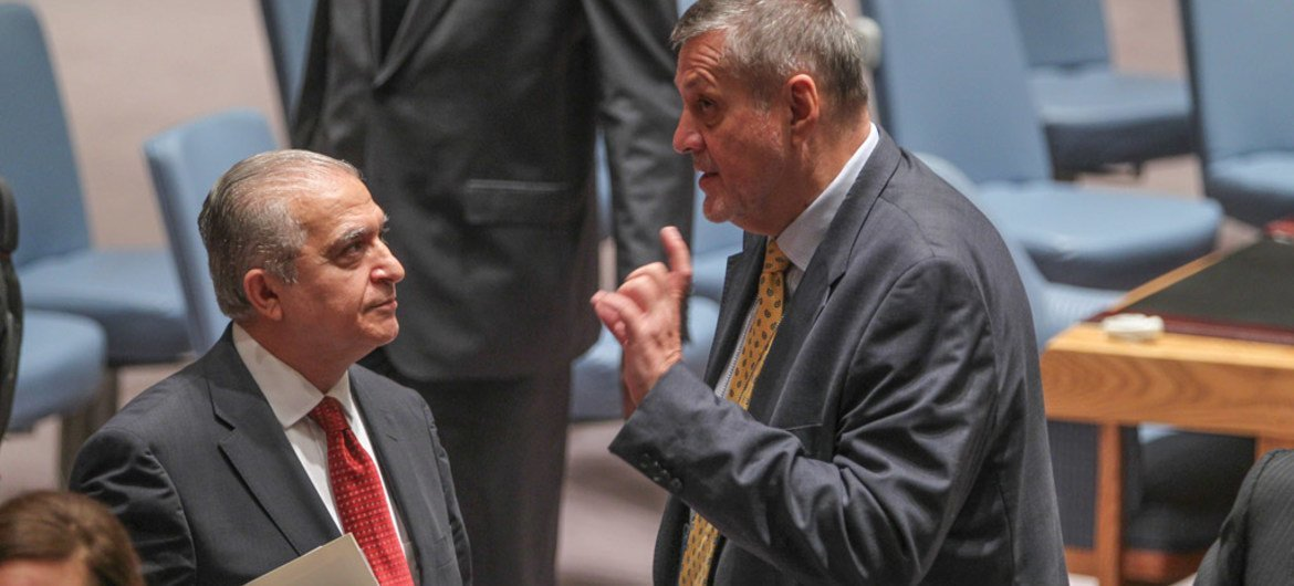 Special Representative Ján Kubiš (right) speaks with Amb. Mohamed Ali Alhakim of Iraq prior to addressing the Security Council meeting on the situation concerning that country.