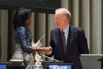 Jorge Sampaio e Helena Ndume foram os vencedores do Prêmio ONU Nelson Mandela, em 2015