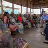 El subsecretario general de la ONU de Asuntos Humanitarios, Stephen O Brien (arriba, centro), se reunió durante su visita a Sudán del Sur con mujeres en un campamento de protección de civiles en la capital, Juba. Foto: UNMISS/JC McIlwaine