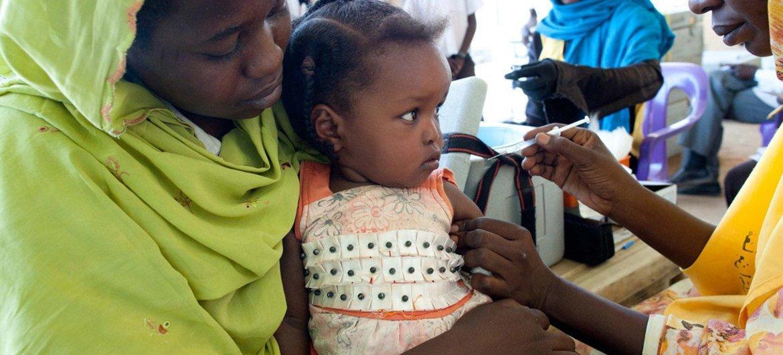 उत्तर दार्फ़ूर में मेनिनजाइटिस की रोकथाम के लिये एक बच्चे को वैक्सीन दी जा रही है.