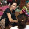 المبعوثة الخاصة لمفوضية الأمم المتحدة لشؤون اللاجئين أنجلينا جولي في بلدة ميتكيينا بولاية كاشين في ميانمار، حيث زارت نحو 100 ألف نازح يعيشون حاليا هناك.