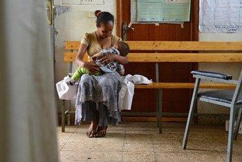 Maderia, Éthiopie: Elsebeth Aklilu, une travailleuse de la santé qui conseille les femmes et leurs enfants sur les meilleures pratiques nutritionnelles, prend une pause pour allaiter son propre fils de 10 mois.