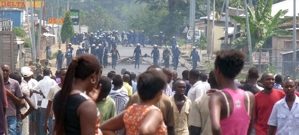 People demonstrate in Bujumbura against a decision by Burundi's ruling party to nominate President Pierre Nkurunziza to run for a third term (April 2015).