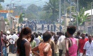 Des manifestants à Bujumbura, au Burundi, contre la décision du parti au pouvoir de désigner le Président en exercice, Pierre Nkurunziza, comme son candidat pour un troisième mandat présidentiel (avril 2015). Photo : Desire Nimubona / IRIN