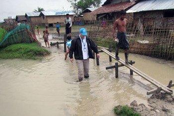 Un trabajador de ACNUR evalúa los daños causados por las inundaciones en Myanmar. Foto: ACNUR/Saw Lian Bik