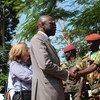 Babacar Gaye conversa con ex combatientes para invitarlos a tomar la senda de la paz en la República Centroafricana. Foto de archivo: MINUSCA