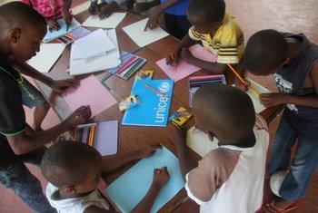 Des enfants dans un refuge temporaire à Bujumbura, au Burundi, se servent des dessins pour oublier ce qu'ils ont vécu. Photo UNICEF Burundi/Eliane Luthi