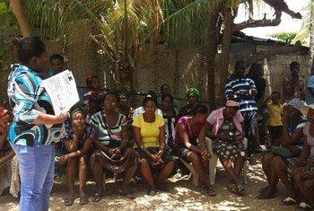 Una sesion de educación cívica en Seprenne, Gonaïves, poco antes de las elecciones en Haití  Foto: ONU/MINUSTAH