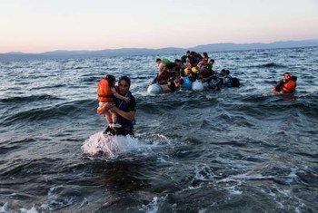 叙利亚移徙者从土耳其通过海路抵达希腊岛屿莱斯沃斯。难民署/A. McConnell