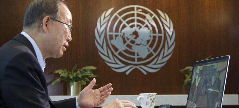 潘基文秘书长与加沙难民学生代表通过网络视频对话。联合国图片/Rick Bajornas