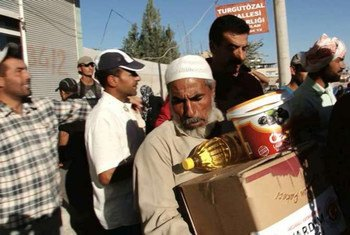 Syrian refugees in the southern Turkey town of Akcakale collect aid donated by private individuals and aid organizations. UNHCR Photo
