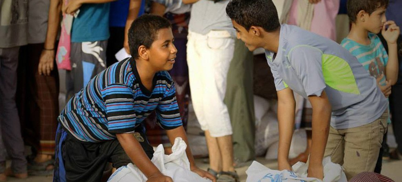 Всемирная продовольственная программа распределяет гуманитарную помощь в Йемене.