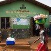 Un jeune homme au Sierra Leone transporte sur sa tête des articles à vendre (archives).