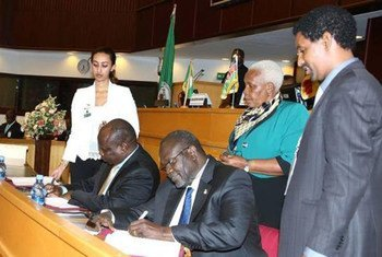 Бывший вице-президент Риек Машар  подписывает   соглашение в  Эфиопии.  Фото ИГАД