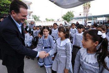Le Commissaire général de l'UNRWA, Pierre Krahenbühl lors d'une visite à l'école Abu Tue'ma à Khan Younis, dans la bande de Gaza, en septembre 2014 (archive). Après la décision américaine de ne plus financer l'UNRWA, le Commissaire général a répété aux réfugiés palestiniens que l'agence onusienne ne les abandonnera pas.