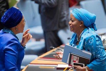 La Représentante spéciale du Secrétaire général de l'ONU chargée de la question des violences sexuelles commises en période de conflit, Zainab Hawa Bangura (à droite) au Conseil de sécurité. Photo : ONU/Rick Bajornas