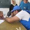 Personal de la agencia para la ayuda al puedo palestino asiste a desplazados en Yalda, Siria