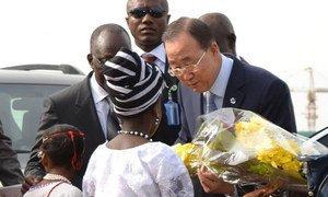 Le Secrétaire général Ban Ki-moon à son arrivée à Abuja, au Nigéria. Photo ONU/Evan Schneider