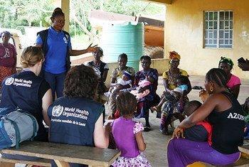 صورة أرشيفية لاجتماع لعمال تابعين لمنظمة الصحة العالمية أثناء تفشي الإيبولا في سيراليون.  WHO/M. Harris