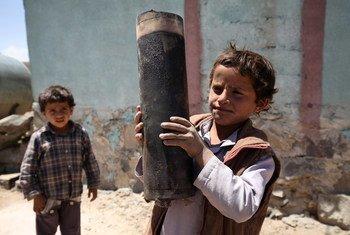 Un niño en Yemen con restos de un artefacto de artilleria  Foto: UNICEF/Mohamed Hamoud :