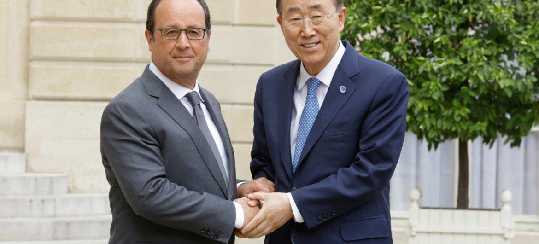 Le Secrétaire général Ban Ki-moon (à droite) avec le Président français François Hollande à Paris. Photo ONU/Evan Schneider