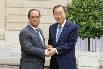Ban Ki-moon (derecha) se reúne en París con el presidente de Francia, François Hollande:Foto ONU: Evan Schneider