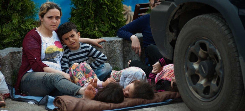 Des réfugiés à la frontière entre la Grèce et l'ex-République yougoslave de Macédoine.
