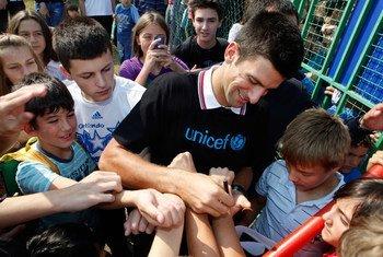 El tenista Novak Djokovic firma autógrafos en una guardería cerca de Belgrado, Serbia  Foto archivo; UNICEF/Nebojsa Babic