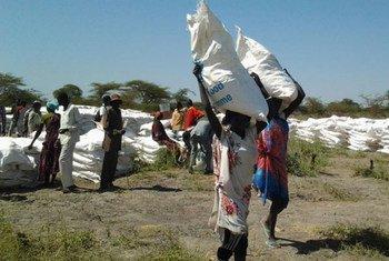 Жители конфликтных районов Южного Судана получают помощь от ВПП. Фото ВПП/Питер Тестуцца