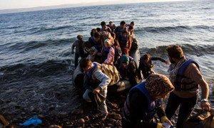 Un groupe d'Afghans arrive sur l'île grecque de Lesbos après avoir voyagé sur un radeau pneumatique depuis la Turquie. Des centaines de milliers de réfugiés et de migrants utilisent cette route maritime dangereuse à travers la Méditerranée en 2015.
