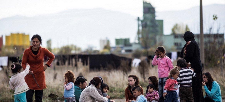 Des migrants et demandeurs d'asile, pour la plupart Kurdes de Syrie, s'asseoient dans la cour d'une école transformée en centre d'accueil, connu sous le nom de Vrazhdebna, à la périphérie de la capitale bulgare, Sofia.