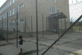 Des fils barbelés entourent le centre de Debrecen pour les demandeurs d'asile dans l'est de la Hongrie.