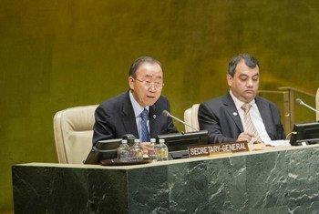 Le Secrétaire général de l'ONU, Ban Ki-moon (à gauche), à l'ouverture de la quatrième Conférence mondiale des Présidents de Parlement convoquée par l'Union interparlementaire (UIP) au siège de l'Organisation à New York. Photo : ONU/Rick Bajornas