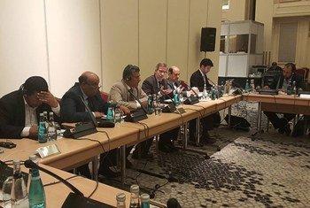 Le Représentant spécial du Secrétaire général de l'ONU pour la Libye, Bernardino León (4ème à gauche), se réunie avec une délégation du e Congrès national général (CGN) libyen à Istanbul, en Turquie.  Photo : UNSMIL