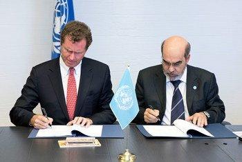 FAO Director-General Jose Graziano Da Silva (right) and Walt MacNee, Vice Chairman, MasterCard Worldwide sign new partnership agreement.