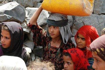 Des jeunes filles portant de l'eau à Taëz, au Yémen. Photo OCHA