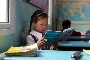 Une fillette étude en Mongolie. Photo Banque mondiale/Khasar Sandag