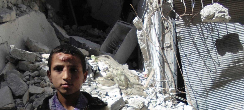 Un niño delante de un edificio destruido en Aleppo, en Siria. Foto: OCHA/Gemma Connell