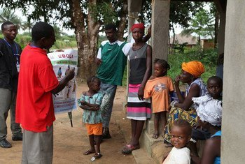 Voluntarios en Sierra Leona informan sobre el Ebola a la población  Foto archivo: OMS/S. Gborie